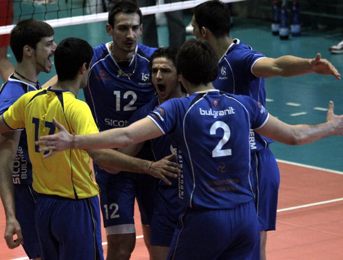 Левски-Сиконко победи ЛукОйл-Нефтохимик с 3:1 в първия полуфинал, Вальо Братоев герой с 21 точки