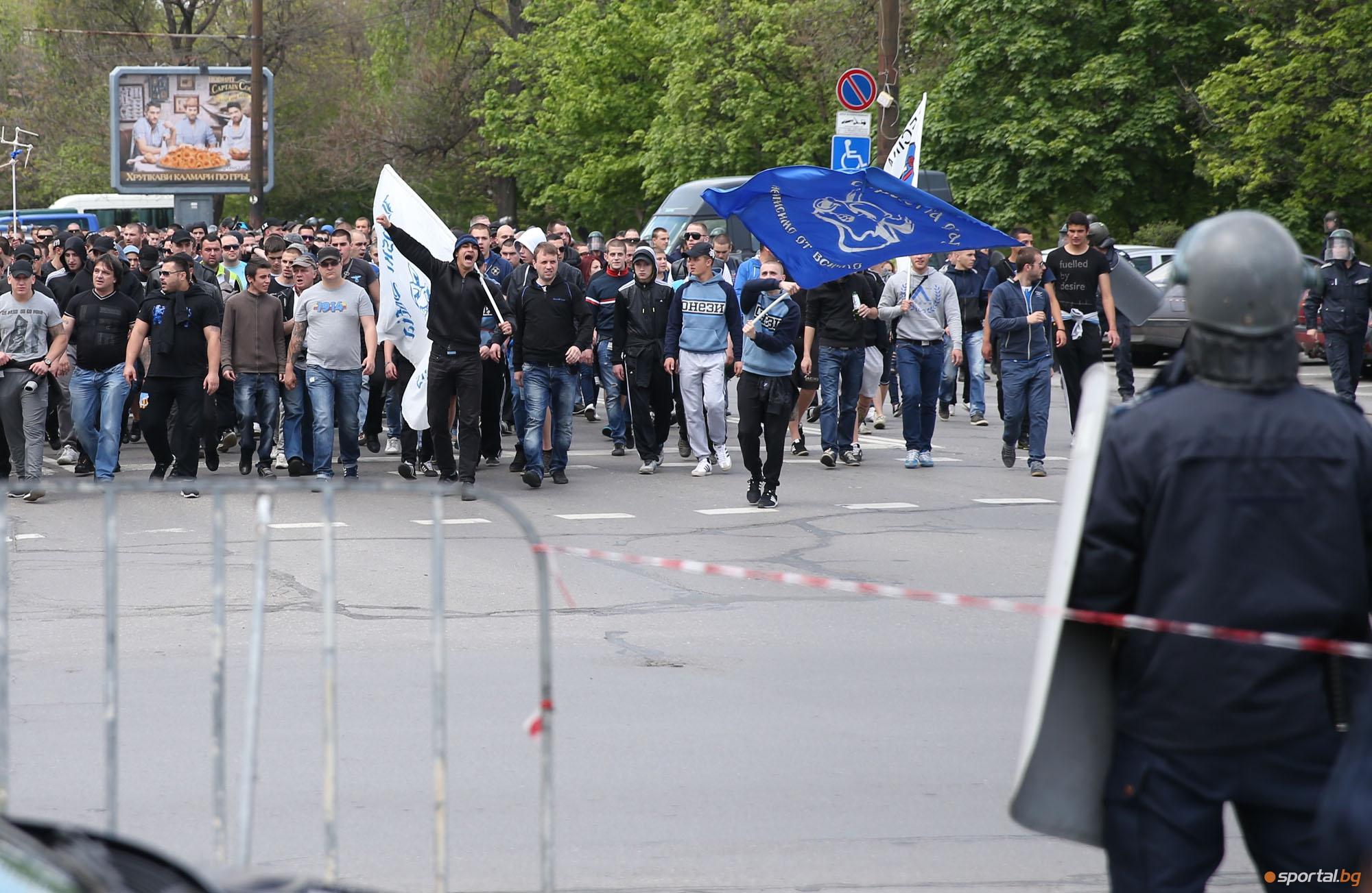 Шествието на феновете на Левски преди Вечното дерби