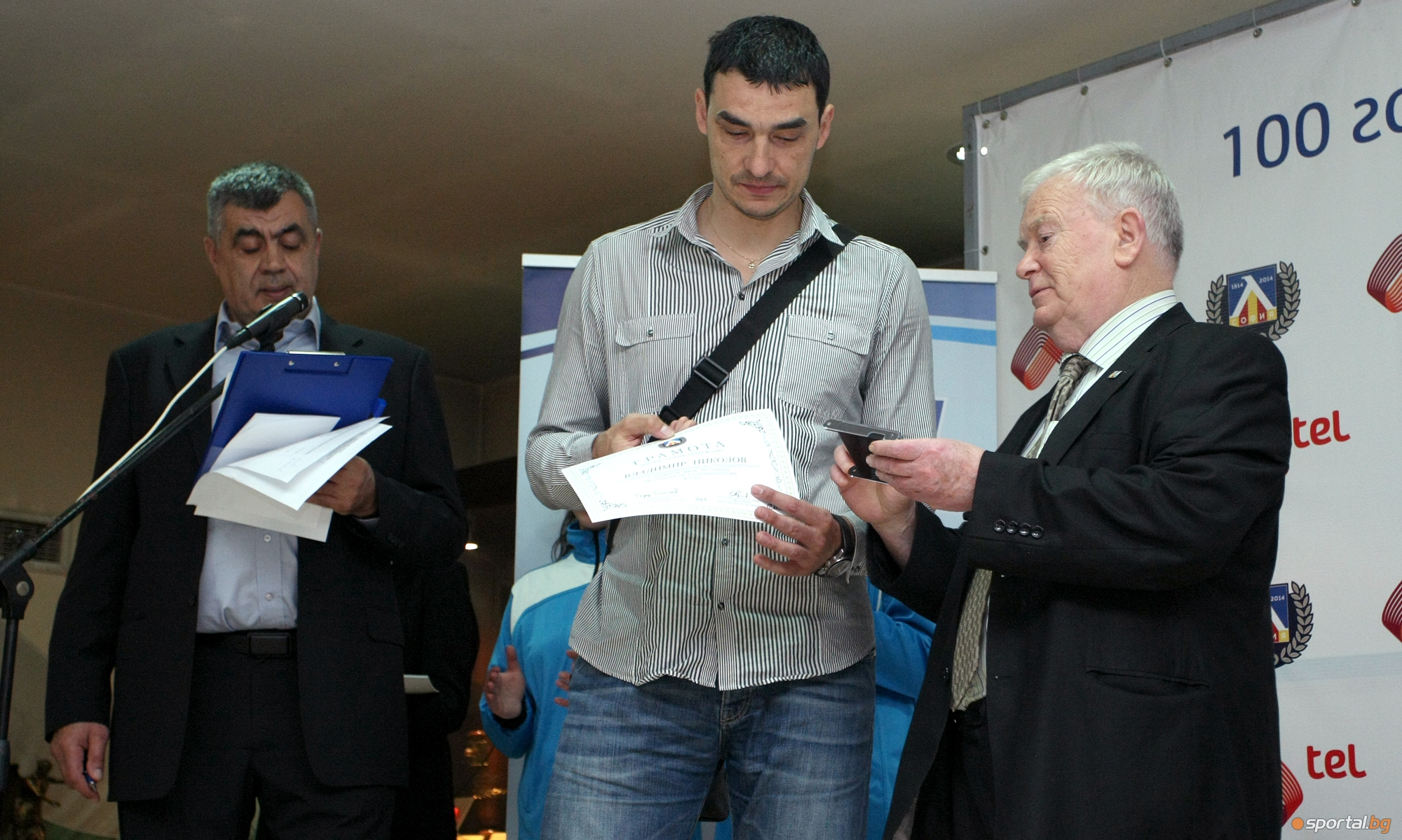 "Волейболисти бяха удостоени с почетен знак ""100 години Левски"""