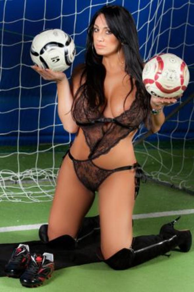 Марика с нови голи снимки в чест на Наполи