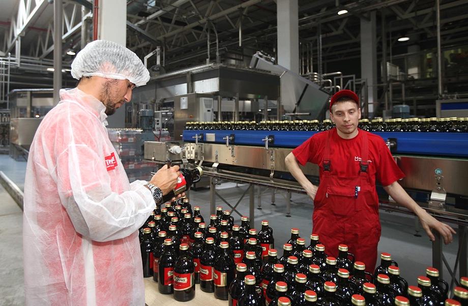 Попето раздава автографи върху бирени бутилки