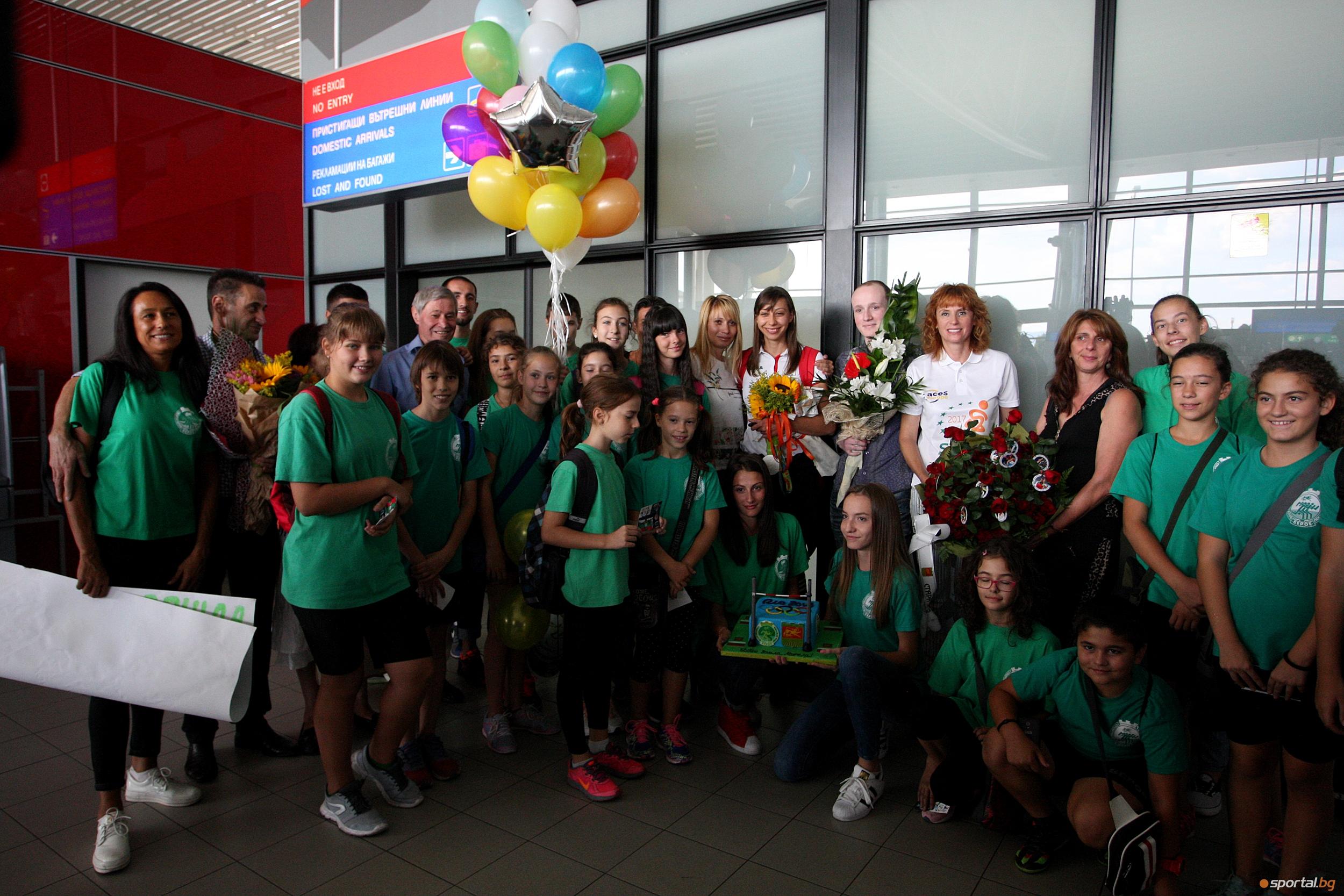 Букет от 197 рози, торта и много фенове посрещнаха Мирела Демирева в София