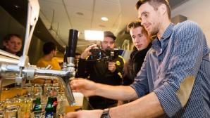Футболистите на Борусия (Д) черпят феновете с бира