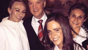 Луис ван Гаал празнува с жените на Манчестър Сити