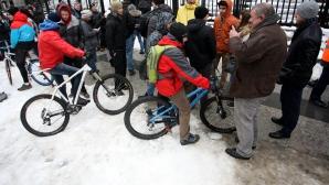 Колоездачи се събраха на протест пред Съдебната палата