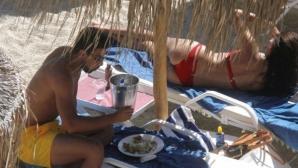 Адриана Лима на плаж със Сами Кедира