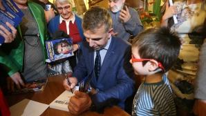 """Алпинистът Боян Петров представи дебютната си книга """"Първите седем"""""""