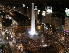 Еуфория по улиците на Буенос Айрес след 2:1 над Мексико