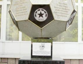 Фенове на Левски се гаврят със символа на ЦСКА