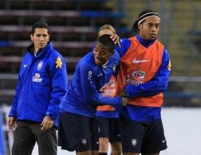 Роналдиньо и Робиньо излизат срещу Виетнам