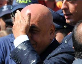 Замерват с бутилки Галиани на погребението на Франко Сенси