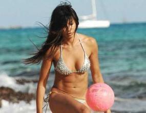 Гаджето на Роналдо блести с футболни умения на плажа