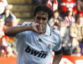 Голеада доближи Реал до Барса, Раул задмина Ди Стефано