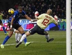 Интер докосва титлата след драма и гол с ръка в дербито