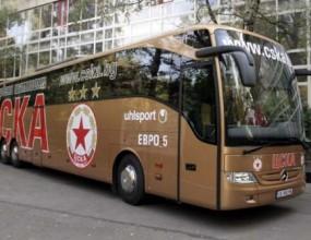 Фенове на ЦСКА щурмуват клубния автобус