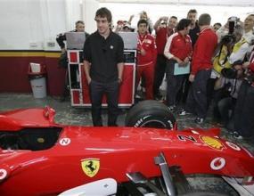 Алонсо отново кара Ферари в базата на тима