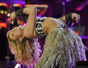 """Шакира изпя """"Waka Waka"""" като секси туземка"""