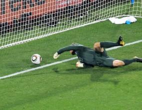 Вратарски гаф лиши Англия от победа срещу САЩ (видео)
