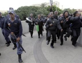 Стюарди протестират в Дърбан заради неплатени заплати (видео)