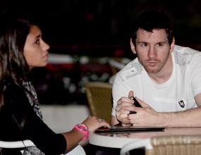 Лео Меси отмаря с гаджето си в Рио де Жанейро