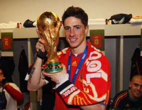 Торес зарадва феновете на Ливърпул – позира с червено шалче и Световната купа