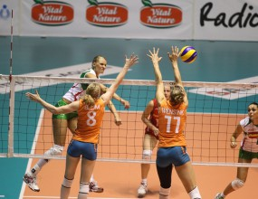 България отупа Холандия с 3:0 в Каляри