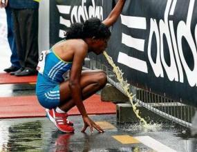 Шампионката от маратона в Берлин оповръща трасето