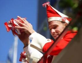 Полди радва феновете с бонбони на карнавала (снимки)