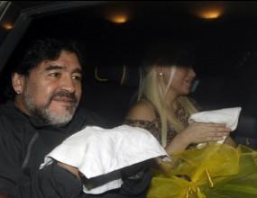 Марадона получи традиционен палестински шал от фен