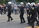 Поляци атакуваха полицаи край фензона във Варшава