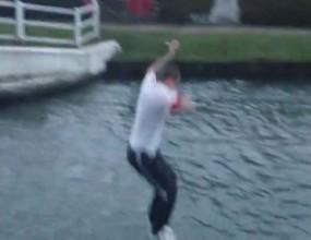 Фен на Ливърпул скочи в канал с ледена вода след загубата от Олдъм (видео)