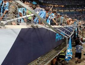 Осем фенове на Гремио пострадаха след рухване на оградата