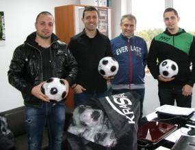 Клубът на привържениците дари футболни топки и пособия на академията на Нефтохимик