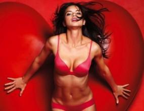 Адриана Лима съблазнява за Св. Валентин (снимки)