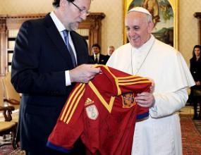 Папа Франциск получи фланелка на Испания