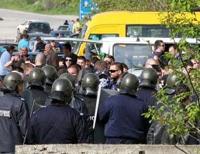 Фенове на Левски се сбиха с полицаи (видео)