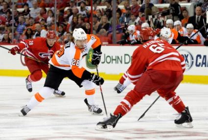 Каролина постигна първа победа през сезона в НХЛ