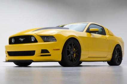 Mustang-а с жълтото яке на паркинга