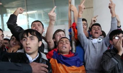 Грозното посрещане на националите в Армения (видео и снимки)