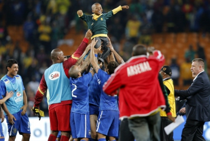 Неймар и другите бразилски звезди се радват на малко южноафриканче (видео)