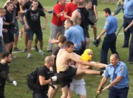 Фенове нахлуха и биха играчите на Динамо (Тбилиси)