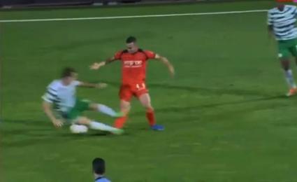 Футболист счупи брутално крака на противник (видео)