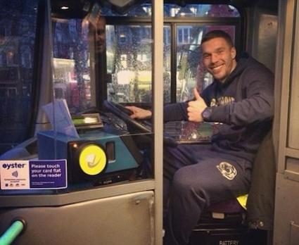 Подолски се вози в градския транспорт в Лондон