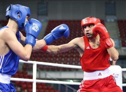 Четирима българи боксират днес на световното