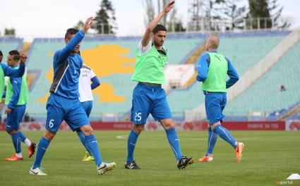 Наказателна акция след поражението: Феновете съблякоха футболистите на Левски (видео)
