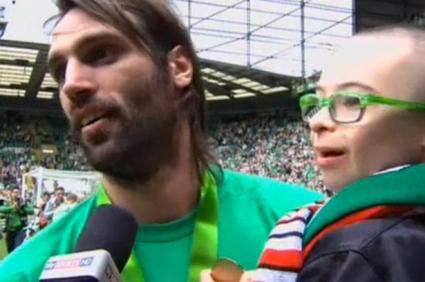 Ас на Селтик подари победата на дете с Даун, треньорът му даде медала си (видео)