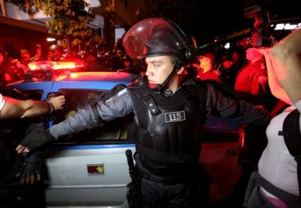 Полицаите не пожелаха да играят футбол с протестиращите