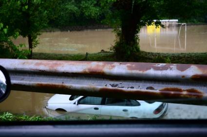 Стадионът в Дебелец изчезна - потресаващи снимки от водното бедствие (галерия)