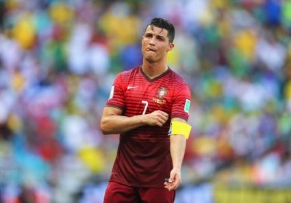 Роналдо тренира с превързано коляно