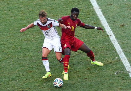 Мунтари раздава пари на бедните преди мача с Германия (видео)